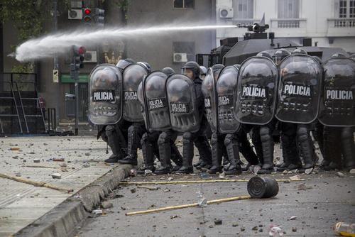 تظاهرات علیه بودجه سالانه آرژانتین در مقابل پارلمان این کشور در بوینوسآیرس
