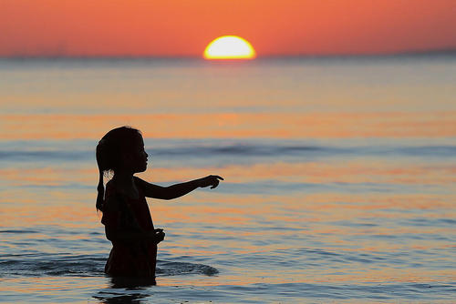 بازی یک دختر بچه در ساحل فیلیپین