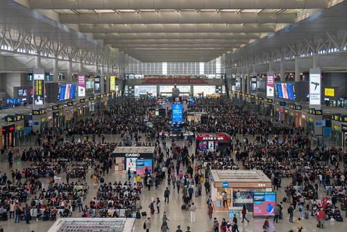 ایستگاه راهآهن شهر شانگهای چین در ساعت شلوغی