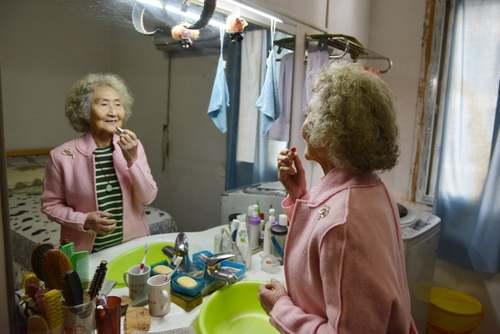 یک مدل 90 ساله چینی- موسوم به پیرترین مدل چین-  در شهر نانجینگ در حال عزیمت روی صحنه