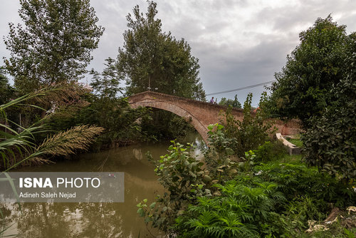 پل خشتی «نیاکو» از جمله آثار به جای مانده از دوره قاجاریه است . 50 متر طول و 5/85 متر عرض دارد و از دو چشمه کوچک تشکیل شده و ارتفاع پل از سطح رودخانه تا بلندترین نقطه اش 6 متر است.