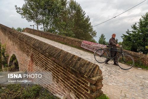 پل خشتی «نیاکو» در محدوده نیاکو به بازکیاگوراب بر روی یکی از شاخههای رود شمرود ساخته شده است . بعضی قدمت این پل را به دوره صفویان نسبت دادهاند .
