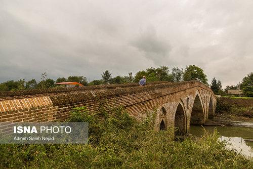 پل خشتی «تمیجان» در دو طرف عرض پل جان پناهی آجری به بلندای 50 سانتی متر ساخته شده تا از افتادن افراد و چهارپایان جلوگیری شود .