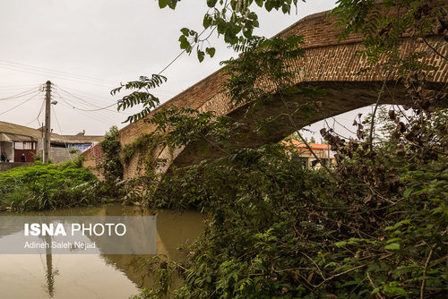 در ساخت پل خشتی «نیاکو» از آجر، سنگ و ملات ساروج استفاده شده است . پل نیاکو دارای یک دهانه بزرگ و سه دهانه کوچک در جوانب دهانه اصلی آن است.