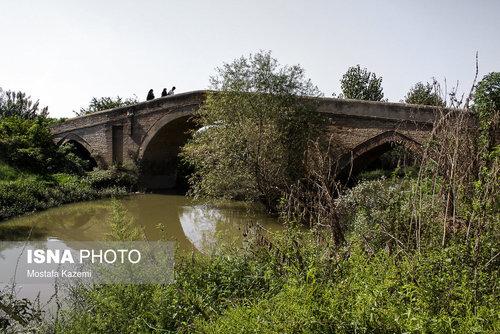 پل «جمعه بازار» جویبار که به «خشت پل» نیز معروف است در دوران قاجار ساخته شده، در فاصله پنج کیلومتری جویبار و بر روی رودخانه سیاهرود قرار دارد. طول دهنه این پل ۲۰ متر و عرض آن ۷٫۵ متر است. این پل دارای ۵ طاق جناقی و پایههای آن در جهت مخالف جریان آب دارای موج شکن مثلثی شکل هستند. به دلیل رفت و آمد زیاد و نگهداری نامناسب در حال تخریب است. در حال حاضر پل دیگری در کنار این پل در دست احداث است.