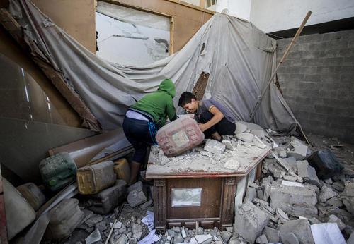 جستجوی خانه پس از اصابت موشک جنگندههای اسراییل؛ باریکه غزه/ قدس نت