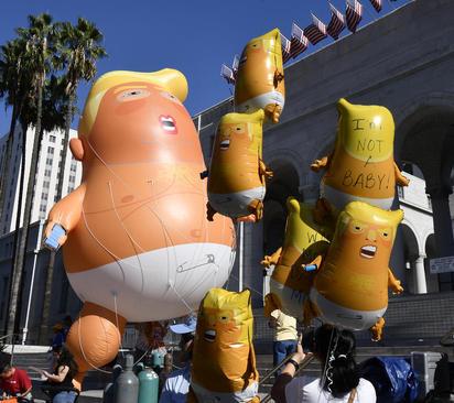 هوا کردن بالنهای ترامپ از سوی مخالفان او در شهر لسآنجلس آمریکا