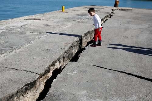 ترک خوردن زمین در پی زلزله در جزیرهای در یونان/ رویترز
