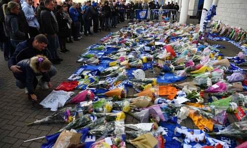 تاثر هواداران تیم فوتبال لستر سیتی بریتانیا از مرگ مالک باشگاه لستر سیتی در سانحه سقوط هلی کوپتر/ خبرگزاری فرانسه