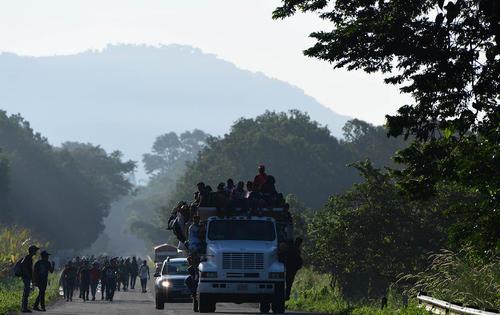کاروان مهاجران آمریکای لاتین در حال حرکت به سمت مرز آمریکا/ مکزیک