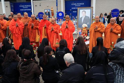 راهبان بودایی در آیین گرامیداشت مدیرعامل تایلندی باشگاه فوتبال لسترسیتی بریتانیا که چند روز پیش به همراه خانودهاش در سانحه سقوط هلیکوپتر درگذشت.