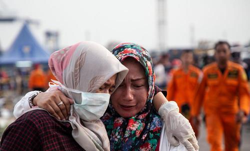 خانوادههای قربانیان سانحه سقوط هواپیمای مسافربری اندونزی در حال شناسایی وسایل و لوازم اعضای خانوادهشان/EPA