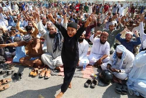 تظاهرات یک حزب اسلامگرا در مقابل دادگاه عالی در کراچی پاکستان در اعتراض به لغو حکم اعدام یک زن مسیحی به خاطر کفرگویی/EPA