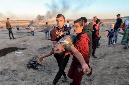 یک جوان گلوله خورده فلسطینی در تظاهرات