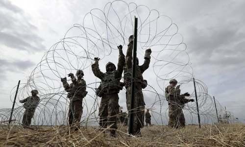 سربازان ارتش آمریکا در حال کار گذاشتن سیم خاردار در مرز با مکزیک/ آسوشیتدپرس