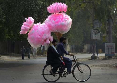 پشمک فروش سیار در لاهور پاکستان/ خبرگزاری فرانسه