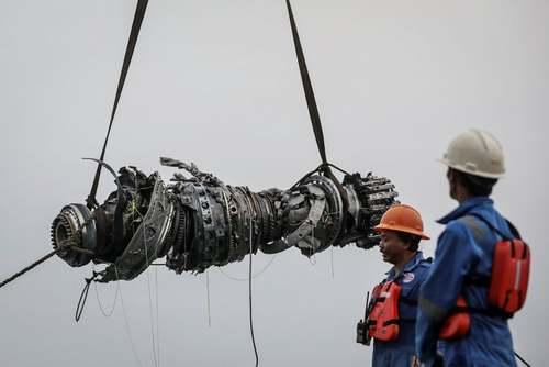 بیرون کشیدن تکه های هواپیمای مسافربری سقوط کرده اندونزی از دریا/ رویترز