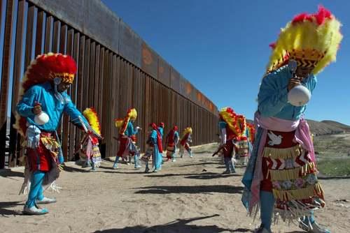 رقص سنتی گروه های بومی مکزیکی در مرز با آمریکا/ خبرگزاری فرانسه