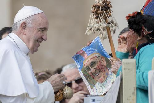 یک بومی قاره آمریکا در سخنرانی هفتگی چهارشنبههای پاپ فرانسیس در واتیکان