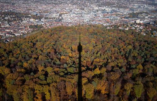سایه برج مخابراتی- تلویزیونی شهر اشتوتگارت آلمان بر فضای جنگلی محاط بر این شهر/ خبرگزاری آلمان