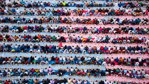 افطار دستهجمعی کارگران یک پروژه بزرگ ساختمانی شهر دوبی در ماه رمضان/ عکس روز وب سایت