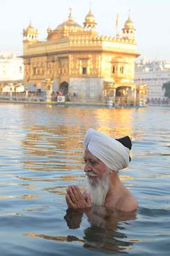 آب تنی مقدس در کنار معبد طلایی در آمریتسار هند/ خبرگزاری فرانسه