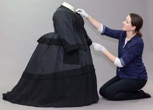 نمایش لباس عزای ملکه ویکتوریا برای نخستین بار در موزهای در لندن. این لباس برای حضور ملکه در مراسم تشییع نوهاش که در اثر آنفلوآنزای روسی مُرده بود، دوخته شده بود.