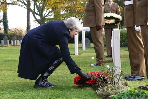 ادای احترام نخست وزیر بریتانیا به مقبره نخستین سرباز بریتانیایی کشته شده در جنگ اول جهانی در