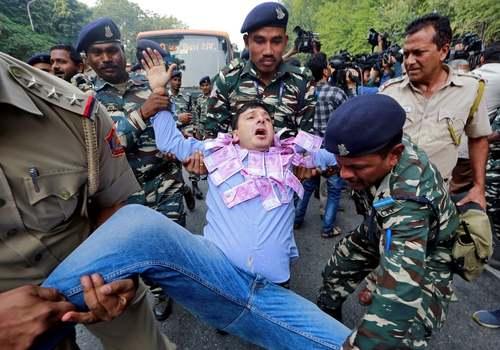 دستگیری معترضان به سیاستهای اقتصادی دولت هند در مقابل بانک مرکزی این کشور در شهر دهلی / رویترز
