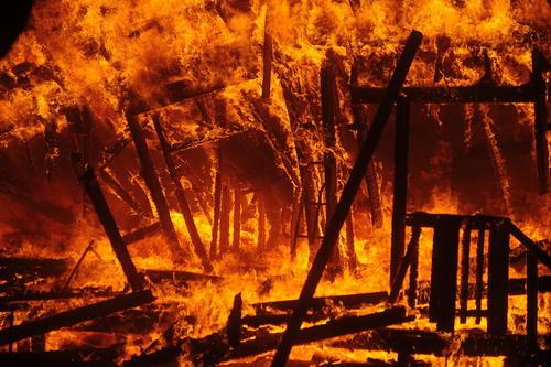 آتش سوزی مهیب و گسترده در ایالت کالیفرنیا آمریکا. شعلههای آتش تمام شهر