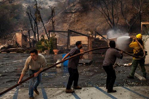 تلاش برای خاموش کردن آتشسوزی گسترده در شهر مالیبو در ایالت کالیفرنیا آمریکا