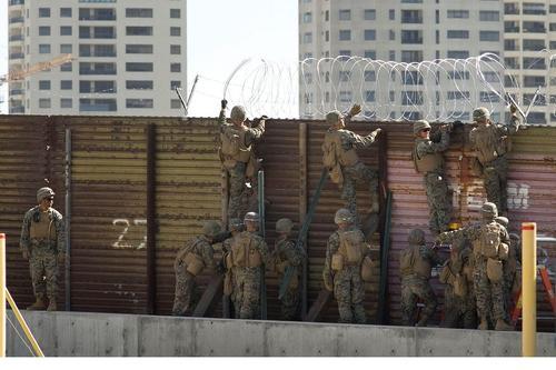 سربازان ارتش آمریکا در حال افزایش موانع مرزی در مرز ایالت کالیفرنیا و مکزیک