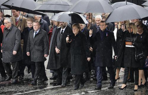پیاده روی 60 نفر از رهبران جهان به سمت طاق نصرت در شهر پاریس در مرسام یکصدمین سالگرد پایان جنگ اول جهانی/ خبرگزاری آلمان