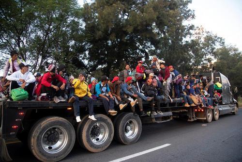 کاروان مهاجران کشورهای آمریکای مرکزی در حال حرکت به سمت مرز ایالات متحده آمریکا در مکزیک