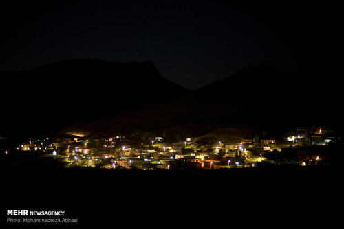 شب که میشود تاریکی شهر را فرا میگیرد و چراغ های خانههای نیمه کاره و کانکسها که خانوادههای بجا مانده از بحران زلزله در آنها زندگی میکنند سو سو میزند. از بالا که به شهر نگاه میکنم تنها چراغها و نور ها نمایان است اما در دل این شهر هزار داستان در جریان است داستانهای که روایتگر عزیزانی هستند که زیر آوارها ماندند و جان خود را از دست دادند.