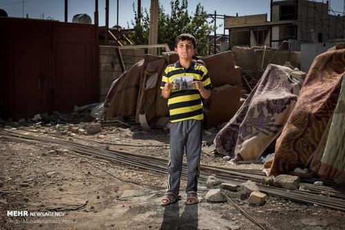 زانا حسینی قادری (8 ساله، دانش آموز) در حادثه زلزله پدر ، مادر و خواهر خود را از دست داده وخود او نیز ساعت ها در زیر آوار گرفتار بوده است. این کودک هشت ساله در پی شوک شدید ناشی از حادثه زلزله هنوز هم به سختی میتواند حرف بزند .وقتی از زانا در مورد خانوادهاش سوال میکنم سکوت می کند و در پاسخ به سئوال «دلت برای خانواده ات تنگ نشده؟» می گوید نه .