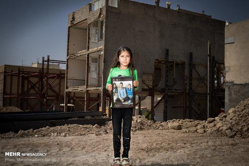 مبینا دختر هشت ساله ای است که در زلزله کرمانشاه مادر و دو برادر خود را از دست داده است. او پس از این حادثه دچار بحران افسردگی شدید شده است او میگوید هر شب خواب مادرش را می بیند که او را دلداری میدهد و او را نوازش میکند.