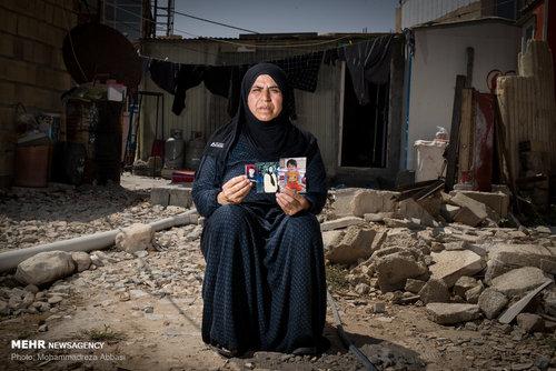 خاور بوچانی ( 60 ساله، خانه دار) در حادثه زلزله پسر خود ابوالفضل کشتمن (30 ساله) ،عروسش طوبی باپیری (25 ساله) و نوه اش احسان هشت ماهه را از دست داده است. خاور با فرزندش زندگی می کرده و الان تنها شده است و به تنهایی زندگی می کند.