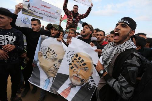 پوسترهای لگدمال شده نتانیاهو و لیبرمن در تظاهرات حق بازگشت فلسطینیها در نوار غزه/APA
