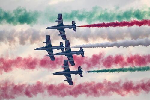 پرواز تیم آکروباتیک هوایی ایتالیا در نمایشگاه بینالمللی صنعت هوانوردی بحرین در پایگاه هوایی