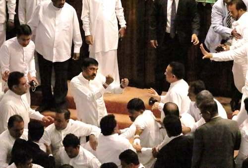درگیری نمایندگان موافق و مخالف دولت سریلانکا در پارلمان/EPA