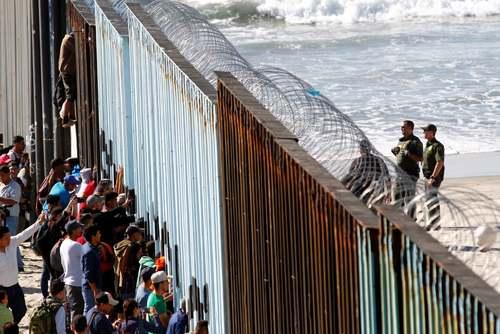 تجمع مهاجران آمریکای مرکزی در دیوار مرزی بین آمریکا و مکزیک/ رویترز