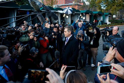 استقبال همکاران رسانه ای خبرنگار سی ان ان از او به هنگام ورود به کاخ سفید