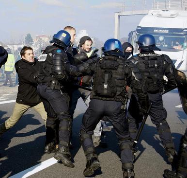 تظاهرات علیه افزایش قیمت سوخت در فرانسه