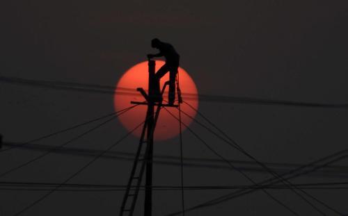 نصب دکلهای برق/ اللهآباد هندوستان