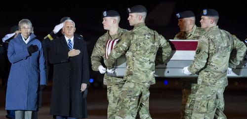 حضور معاون رییس جمهوری آمریکا در مراسم استقبال از جسد یک نظامی آمریکایی کشته شده در افغانستان