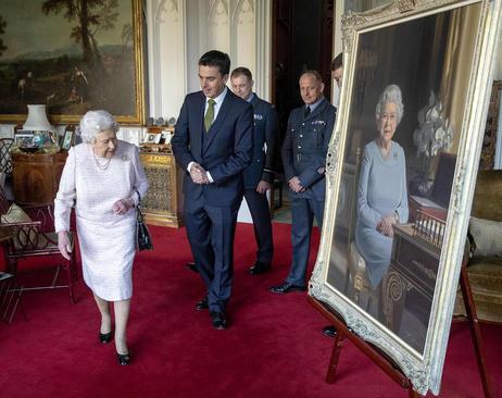 ملکه بریتانیا در حال بازدید از تابلوی جدید نقاشی از تصویرش در قلعه وینسور/PA