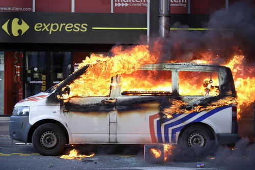 آتش زدن ون پلیس بلژیک از سوی معترضان موسوم به