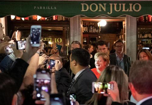 حضور صدراعظم آلمان در رستورانی در شهر بوینوس آیرس آرژانتین در حاشیه حضور در نشست سران گروه بیست/ خبرگزاری آلمان