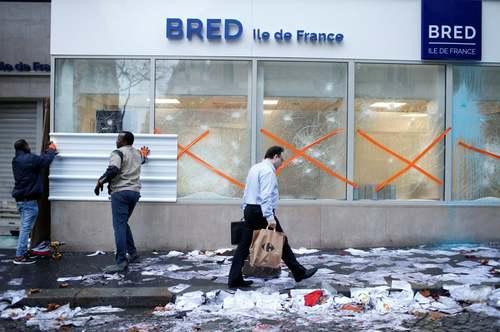 نصب حفاظ برای شیشه های یک بانک از بیم آشوب های خیابانی در شهر پاریس/ رویترز